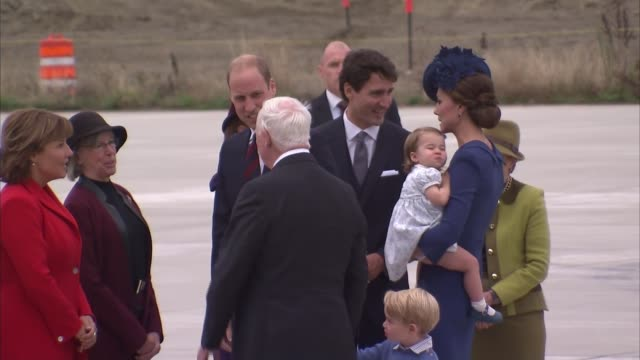 duke and duchess of cambridge arrival canada victoria ext duke and duchess of cambridge down steps from plane with children prince george and... - minister stock-videos und b-roll-filmmaterial