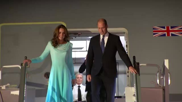 vídeos y material grabado en eventos de stock de duke and duchess of cambridge arrive in islamabad; pakistan: punjab: rawalpindi: ext / night **beware flash photography** prince william, duke of... - panyab pakistán