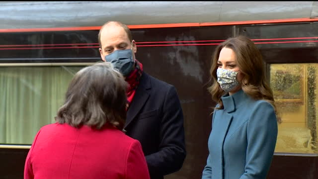 duke and duchess of cambridge arriving at edinburgh waverley station on the royal train on their tour around the uk to thank keyworkers for their... - britisches königshaus stock-videos und b-roll-filmmaterial