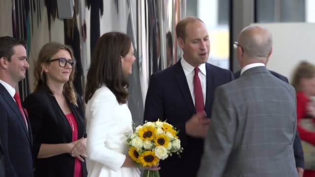 vídeos de stock e filmes b-roll de duke and duchess of cambridge leave the warsaw spire building after meeting with a group of young tech entrepeneurs they also take a moment to pose... - spire