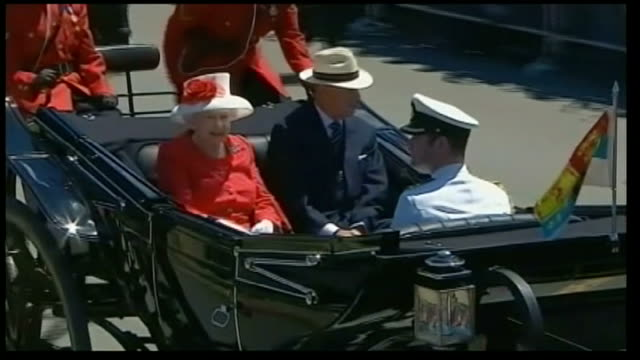 duke and duchess of cambridge royal tour of canada buildup lib queen elizabeth ii and prince philip along in horsedrawn carriage high angle view... - ロイヤルツアー点の映像素材/bロール