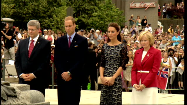 vídeos y material grabado en eventos de stock de duke and duchess of cambridge royal tour of canada official welcome william and harper / kate and laureen harper / various general views of scene at... - corona arreglo floral