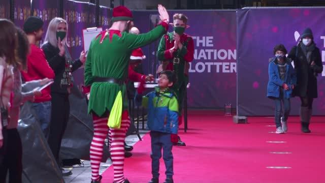 duke and duchess of cambridge take children to christmas pantomime; england: london: london palladium: ext / night prince william, duke of cambridge,... - パントマイム点の映像素材/bロール