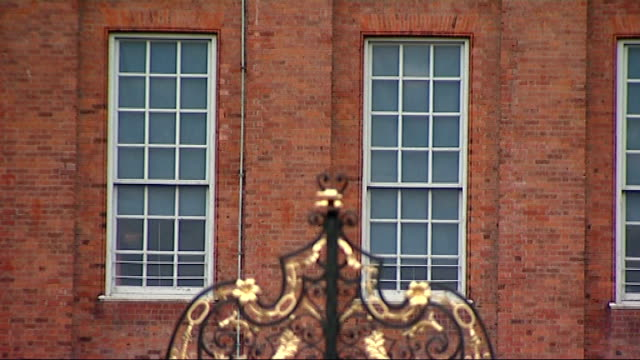 duke and duchess of cambridge to move into kensington palace england london kensington palace ext wide shot of kensington palace close shot gates of... - kensington palace video stock e b–roll