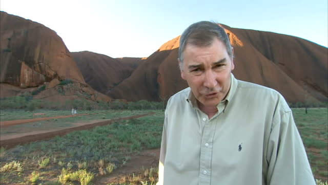 duke and duchess of cambridge visit ayers rock reporter to camera - naturwunder stock-videos und b-roll-filmmaterial
