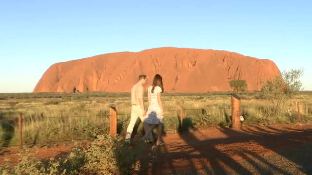 duke and duchess of cambridge visit ayers rock william and kate along in front of ayers rock duke and duchess of cambridge photocall wiht ayers rock... - naturwunder stock-videos und b-roll-filmmaterial