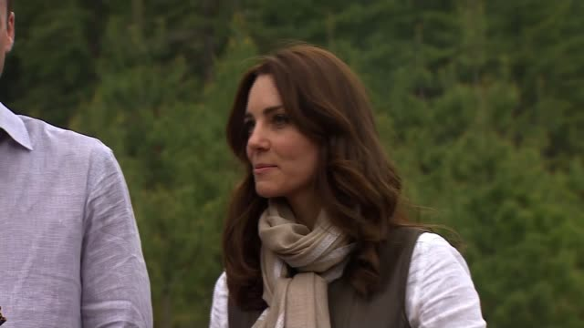 duke and duchess of cambridge visit: day five; duke and duchess of cambridge stand at to pof mountain path looking at bird's nest monastery in... - 5日目点の映像素材/bロール