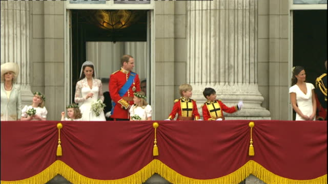vídeos de stock, filmes e b-roll de day after events lib buckingham palace ext duke and duchess of cambridge waving from balcony of buckingham palace on their wedding day bridesmaid... - bridesmaid