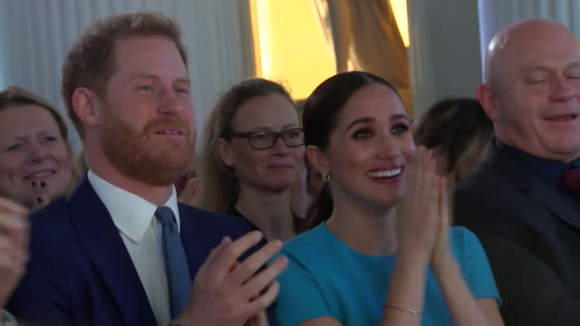 duke and duchess of sussex and ross kemp's reaction when man proposes to his girlfriend on stage at the endeavour awards - königshaus stock-videos und b-roll-filmmaterial