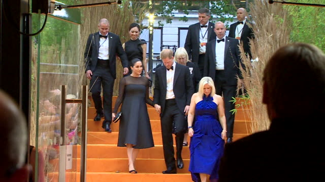 vídeos de stock, filmes e b-roll de duke and duchess of sussex arrive at lion king premiere at leicester square - estreia