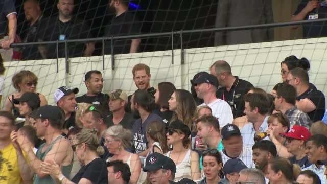 duke and duchess of sussex attend new york yankees v boston red sox baseball game; england: london: london stadium: ext prince harry, duke of sussex... - ニューヨーク・ヤンキース点の映像素材/bロール