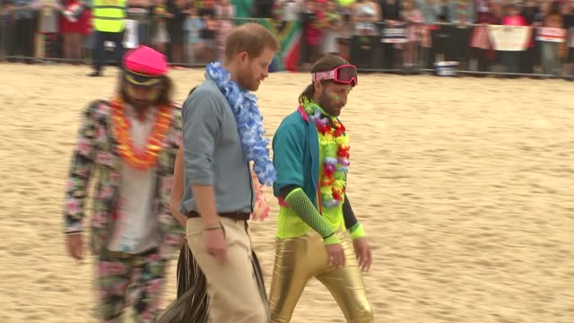 duke and duchess of sussex australia tour bondi beach visit australia sydney bondi beach prince harry duke of sussex and meghan duchess of sussex... - ロイヤルツアー点の映像素材/bロール
