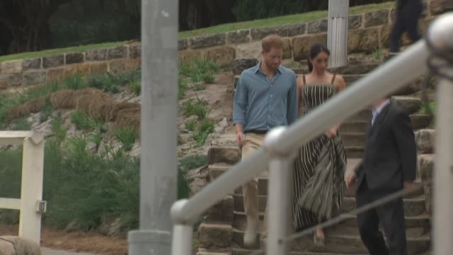 duke and duchess of sussex australia tour bondi beach visit australia new south wales sydney bondi beach prince harry duke of sussex and meghan... - ロイヤルツアー点の映像素材/bロール