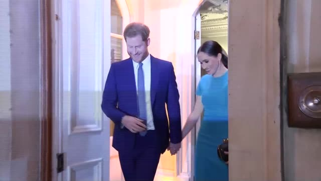 vídeos de stock, filmes e b-roll de duke and duchess of sussex depart endeavour fund awards england london mansion house photography*** prince harry duke of sussex meghan duchess of... - meghan harry