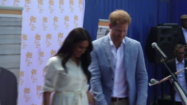 duke and duchess of sussex end south africa tour / couple take legal action against the mail on sunday south africa johannesburg tembisa township ext... - ロイヤルツアー点の映像素材/bロール