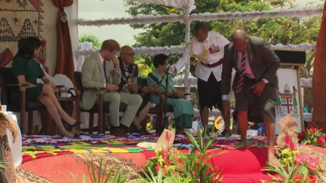 welcome ceremony and statue unveiling fiji nadi international airport prince harry duke of sussex speech sot prince harry meghan duchess of sussex... - フォトコール点の映像素材/bロール