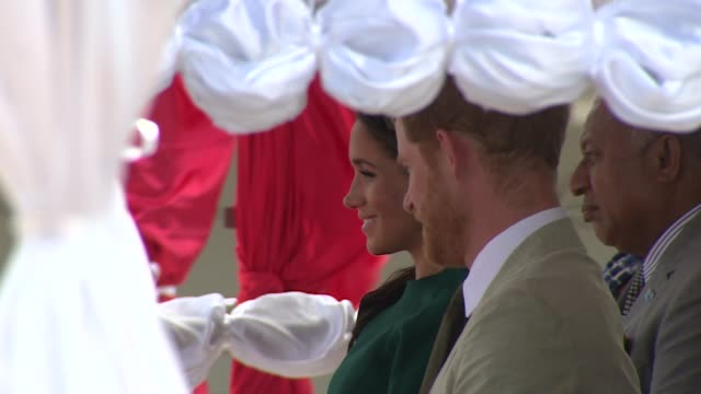 vídeos de stock, filmes e b-roll de welcome ceremony and statue unveiling fiji nadi international airport prince harry duke of sussex meghan duchess of sussex and jioji konrote onto... - colar