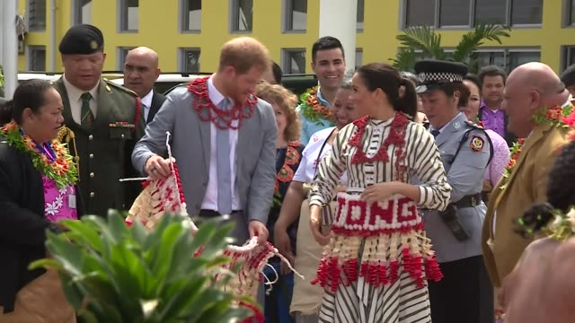 vídeos y material grabado en eventos de stock de duke and duchess of sussex given wrap skirts to wear during visit to nuku'alofa in tonga - océano pacífico sur