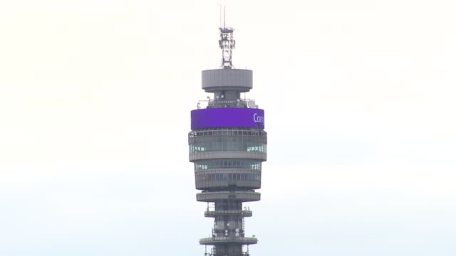 vídeos de stock e filmes b-roll de duke and duchess of sussex have a baby son bt tower england london ext various of the electronic display atop the bt tower displaying the message '... - bt tower londres