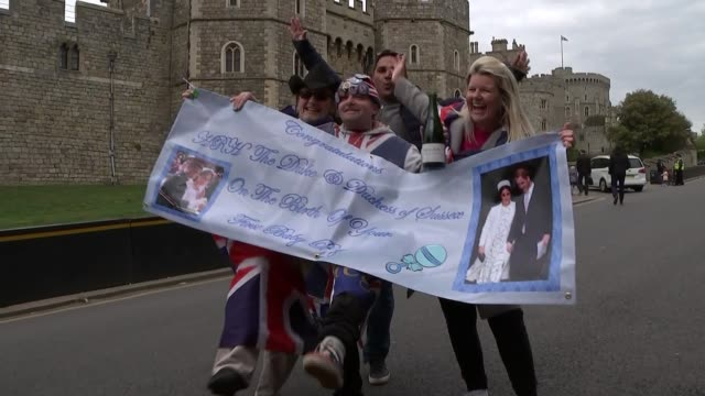 vídeos de stock, filmes e b-roll de duke and duchess of sussex have a baby son crowds in windsor england berkshire windsor ext people celebrating the birth of the baby son of prince... - realeza