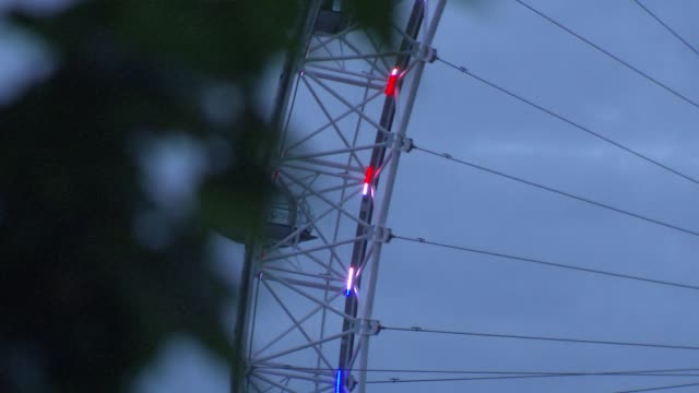 duke and duchess of sussex have a baby son london eye lit up england london various of the london eye lit up with red white and blue lights to... - サセックス点の映像素材/bロール