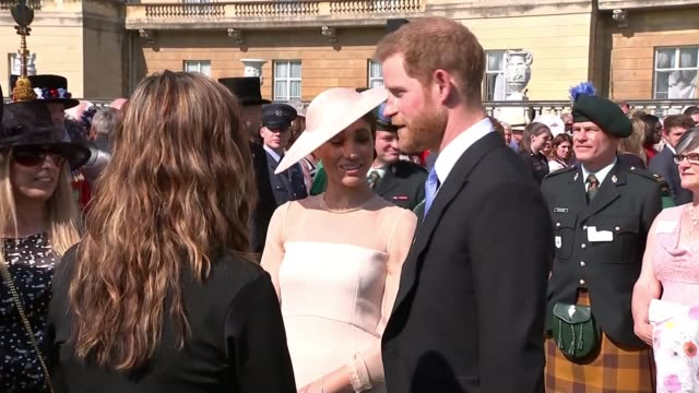 stockvideo's en b-roll-footage met duke and duchess of sussex make first public appearance as married couple at prince charles's 70th birthday garden party; england: london: buckingham... - verschijning
