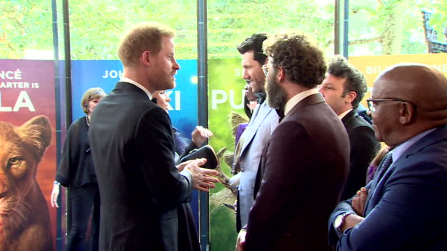vídeos de stock, filmes e b-roll de duke and duchess of sussex meet seth rogen at lion king premiere at leicester square - estreia