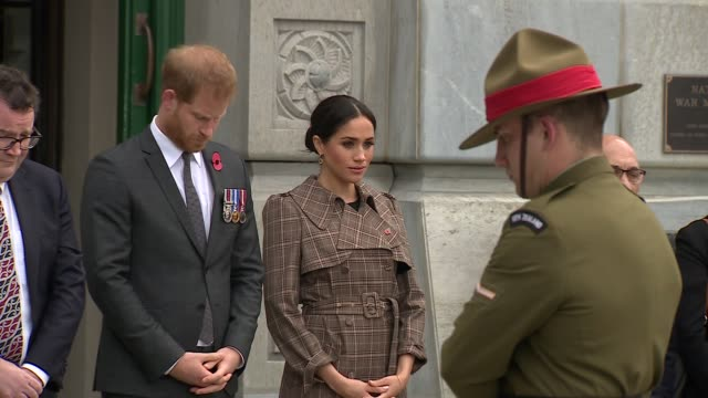 duke and duchess of sussex new zealand tour national war memorial walkabout new zealand wellington national war memorial prince harry duke of sussex... - リース点の映像素材/bロール