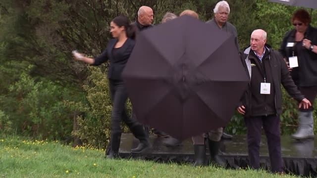 vidéos et rushes de duke and duchess of sussex new zealand tour north shore visit and 'welly wanging' new zealand auckland north shore prince harry duke of sussex and... - canopy tour