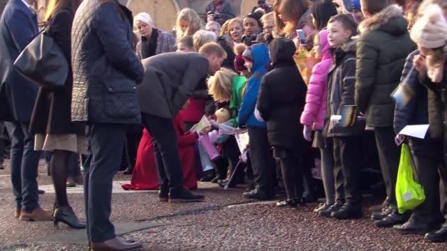 vídeos de stock e filmes b-roll de duke and duchess of sussex visit birkenhead unveiling plaque at statue and walkabout in hamilton square england birkenhead hamilton square ext prince... - realeza