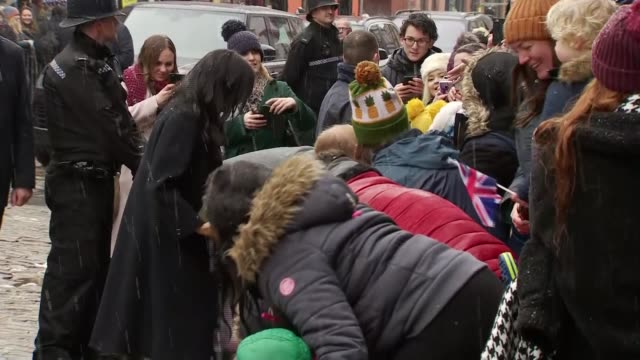 vídeos de stock, filmes e b-roll de duke and duchess of sussex visit bristol england bristol meghan duchess of sussex shaking hands with supporters meghan chatting to girls various... - bristol inglaterra
