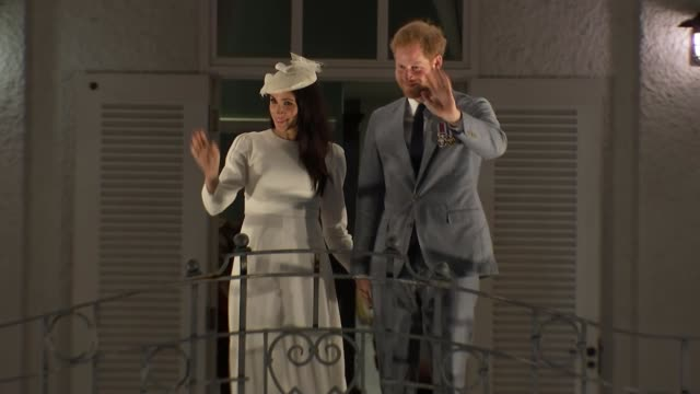duke and duchess of sussex visit; fiji: suva: ext / night prince harry, duke of sussex, and meghan, duchess of sussex wave to crowds below from... - waving stock videos & royalty-free footage