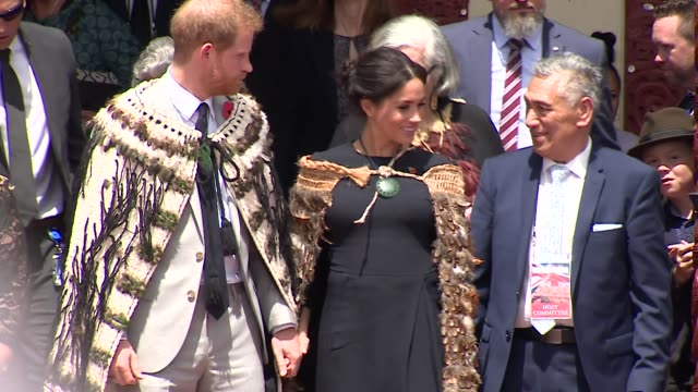 duke and duchess of sussex wearing maori korowai cloaks on visit to a te papaiouru marae in rotorua new zealand - ロイヤルツアー点の映像素材/bロール