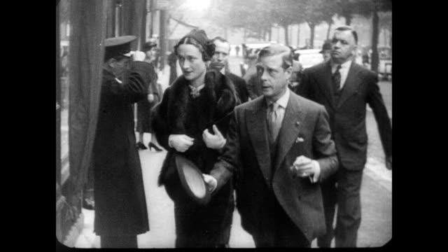 / duke and duchess of windsor edward viii and wallis simpson in paris france after their headline grabbing marriage / couple walk around the streets... - 公爵点の映像素材/bロール