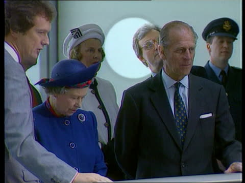 vidéos et rushes de duke and duchess of york separation itn cms queen elizabeth ii and prince philip in to charles anson speaking lms anson standing chatting - 1992