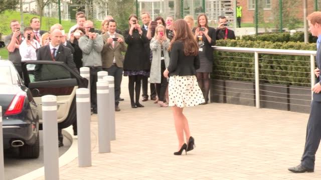 vidéos et rushes de duke duchess of cambridge prince harry depart at leavesden studios on april 26 2013 in watford england - robe blanche