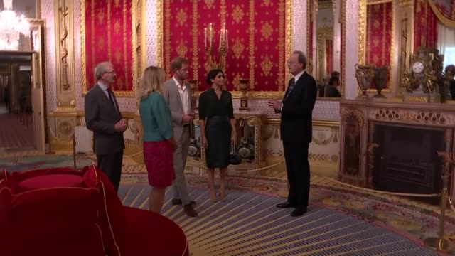 walkabout and royal pavilion visit ****flash england east sussex brighton royal pavilion int various of prince harry duke of sussex and meghan... - brighton brighton and hove stock-videos und b-roll-filmmaterial