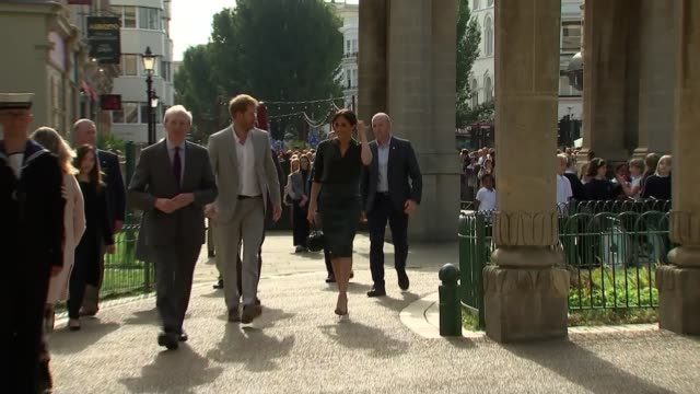 walkabout and royal pavilion visit england east sussex brighton ext various of crowd gathered to see prince harry duke of sussex and meghan duchess... - brighton brighton and hove stock-videos und b-roll-filmmaterial
