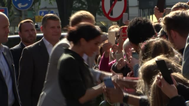 walkabout and royal pavilion visit england east sussex brighton ext various of prince harry duke of sussex and meghan duchess of sussex meeting crowd... - brighton brighton and hove stock-videos und b-roll-filmmaterial