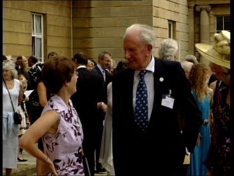 duke of edinburgh awards garden party england london buckingham palace ext vars guests stand around chatting on lawns vars helena bonham carter... - 英格蘭 個影片檔及 b 捲影像