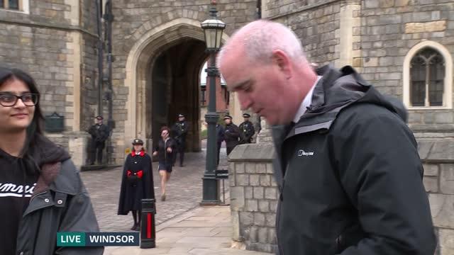 stockvideo's en b-roll-footage met duke of edinburgh death: itv news openender: pab 10.00 - 10.30; england: norfolk: sandringham: ext live ben chapman to camera sot london: buckingham... - itv