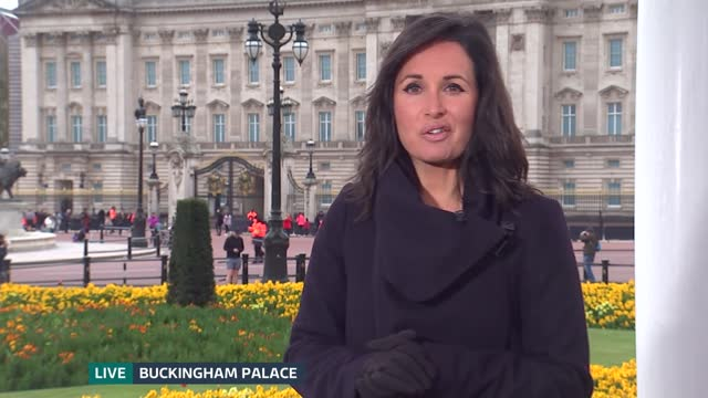 stockvideo's en b-roll-footage met duke of edinburgh death: itv news openender: pab 10.00 - 10.30; england: london: buckingham palace: ext live nina hossain interviews chris ship sot... - itv