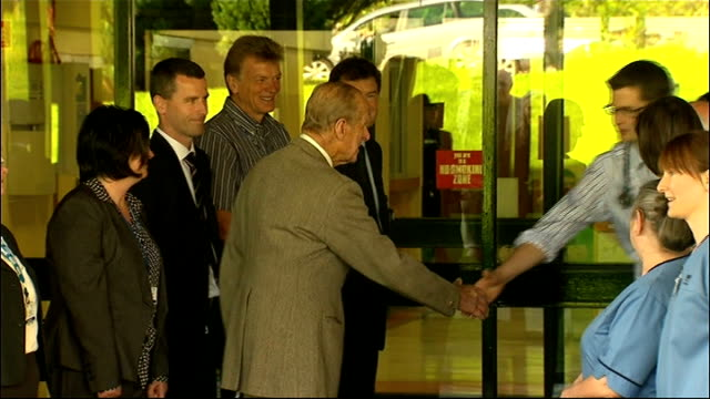 stockvideo's en b-roll-footage met duke of edinburgh leaves hospital following bladder infection scotland aberdeen ext duke of edinburgh shaking hands with staff members as he leaves... - blaas urinewegstelsel