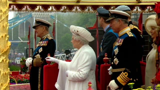 duke of edinburgh leaves hospital tx side view of queen elizabeth prince philip duke of edinburgh and prince charles prince of wales on royal barge... - 退院点の映像素材/bロール
