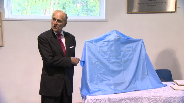 vidéos et rushes de duke of edinburgh makes joke about unveiling plaques what happens to them and the size of them when he visits bromley and downham youth club after... - duc d'edimbourg