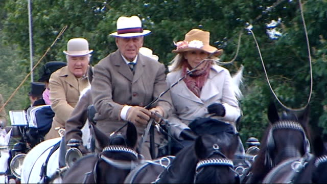 vídeos y material grabado en eventos de stock de duke of edinburgh visits the windsor horse show carriage away with philip holding reins / carriage along with philip driving followed by other... - brida arnés