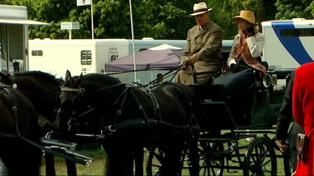 vídeos y material grabado en eventos de stock de duke of edinburgh visits the windsor horse show england berkshire windsor ext prince phillip the duke of edinburgh sitting on horsedrawn carriage... - brida arnés