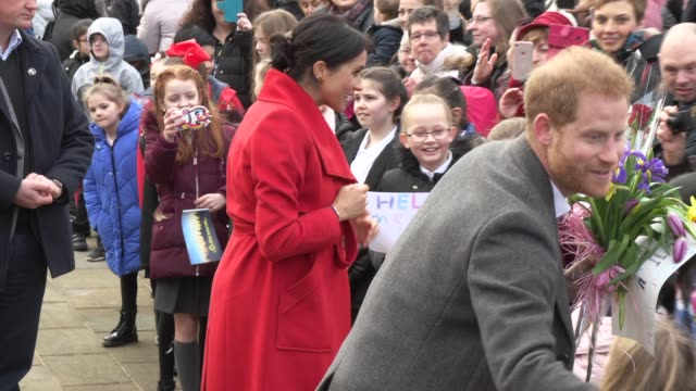 vídeos de stock e filmes b-roll de duke of sussex, duchess of sussex on january 14, 2019 in birkenhead, england. - realeza