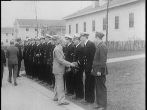 vídeos de stock e filmes b-roll de duke of windsor and henry ford walking at plant in dearborn, michigan, shake hands with student pilots / ford and edward stand together, smiling /... - pie humano