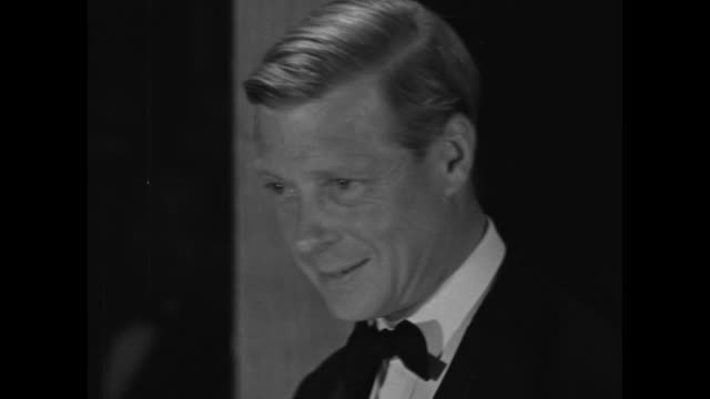 duke of windsor presents tray to tennis match winner at award ceremony gala / duke of windsor nods and smiles / wallis simpson, duchess of windsor... - エドワード8世点の映像素材/bロール